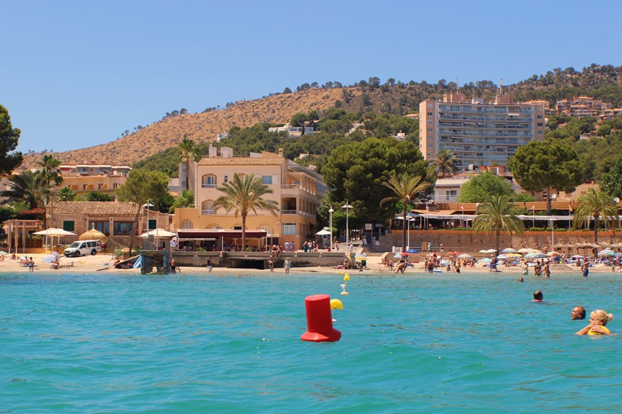 Badebucht von Paguera Mallorca klare turkisgrünes Wasser