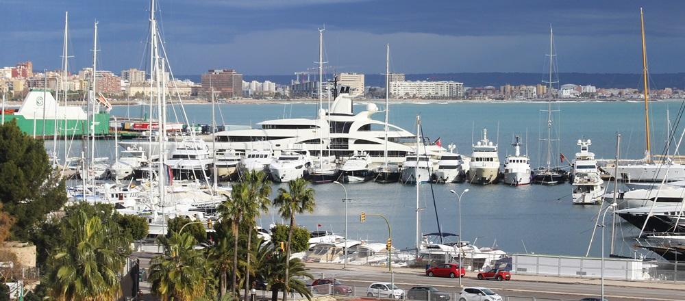 Palladium Mega Yacht im Hafen von Palma de Mallorca