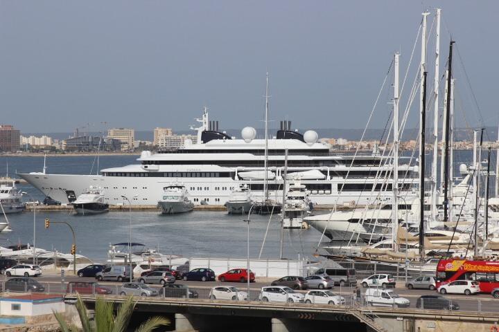 Superyachten innen  Katara Superyacht ▻124 Meter lang im Hafen von Palma de Mallorca
